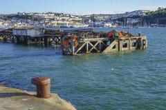Fiskeutrustning i den yttre hamnhamnen Brixham Devon England UK Arkivfoton