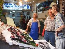 Fiskförsäljare som säljer den nya fisken Royaltyfri Bild