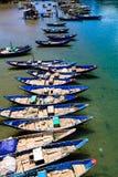 Fiskfartyg i den Lang Co stranden Arkivfoton