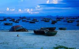 Fiskfartyg och coracles i Danangen royaltyfri bild