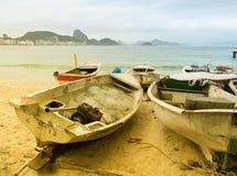 Fiskfartyg på den Copacabana stranden Arkivbilder