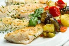 Fiskfilé med grönsaker royaltyfria foton