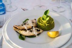 Fiskfiléer och gröna ärtor mosar Royaltyfria Bilder