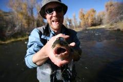 fiskfiskaren säger leende royaltyfria foton