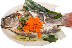 Fiskgarnering med grönsaker royaltyfri bild