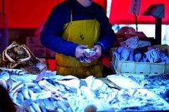Fiskhandlare på marknaden i Italien Arkivfoto