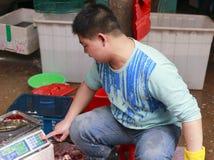 Fiskhandlare som väger sittpinnen rmb 35 per pund Fotografering för Bildbyråer