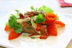 Fiskkakan, den thailändska stilfiskkakan tjänade som med det frasiga basilikabladet royaltyfria bilder