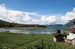 Fisklantgårdar och jordbruk på sjön Batur, Bali, Indonesien Royaltyfri Bild