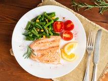 Fisklax som ångas med grönsaker Sunt banta mat, mörker uppvaktar royaltyfria foton