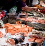 Fiskmarknad, ny fisk i gatamarknad, ny fisk, social fråga, marknad för fiskmarknadsgata arkivbilder