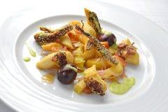 Fiskmaträtt Fried Octopus med marinerad frukt 1 Royaltyfri Bild