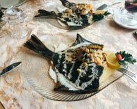 Fiskmaträtt med havsmat i restaurangen arkivfoto