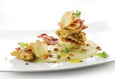 Fiskmaträtten, smaksatte piggvarfiléer täcker med en skorpa, cips, rosti, lagat mat med grädde p Royaltyfri Bild