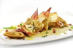 Fiskmaträtten, smaksatte piggvarfiléer täcker med en skorpa, cips, rosti, lagat mat med grädde p Royaltyfria Foton