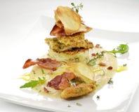 Fiskmaträtten, smaksatte piggvarfiléer täcker med en skorpa, cips, rosti, lagat mat med grädde p Royaltyfri Fotografi