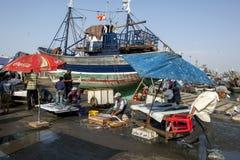 Fiskmongers på arbete på den upptagna fiskeporten av Essaouira på västkusten av Marocko Arkivbilder