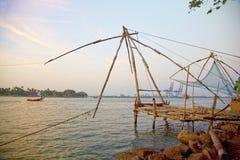 Fisknät för traditionell kines på solnedgången, Cochin, Indien Fotografering för Bildbyråer