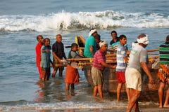Fisknät med många fiskare på bak Odayam strand, Varkala, Indien royaltyfri fotografi