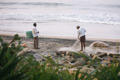 Fisknät med många fiskare på bak Odayam strand, Varkala, Indien arkivfoto