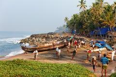 Fisknät med många fiskare på bak Odayam strand, Varkala, Indien arkivbild