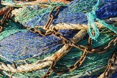 Fisknät med rostiga kedjor Royaltyfria Bilder