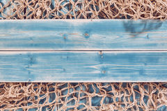 Fisknät och blått målade Wood plankor royaltyfri foto