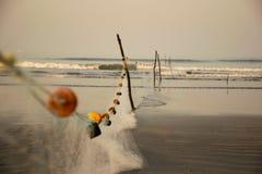 Fisknät ordnade på en strand i Indien arkivfoton