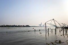 Fisknät som är kinesiska på kochi kostnad med havsmorgonsikt arkivbild