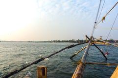 Fisknät som baseras på forntida teknologi och traditionella material, rep och stenar royaltyfria bilder