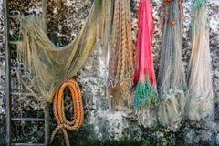 Fisknät som hänger på väggbakgrundsfisknätet arkivfoton