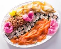 Fiskplatta med laxen, krabbor och sushi Arkivfoto