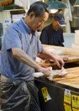 Fiskslaktare på Tsukiji Royaltyfri Bild