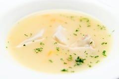 Fisksoppa som lagas mat i medelhavs- stil Arkivfoto