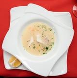 Fisksoppa som lagas mat i medelhavs- stil Arkivbilder