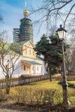 Fiskuskammern und der achteckige Glocketurm unter der Erneuerung im Novodevichy-Kloster moskau Lizenzfreies Stockbild