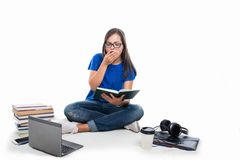 Fissaggio di seduta della ragazza dello studente e sbadigliare Fotografie Stock Libere da Diritti