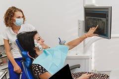 Fissando e determinando morso e posizione delle mandibole per mezzo di un dispositivo con uno stimolatore neuromuscolare Myo-moni fotografia stock