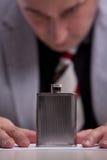 Fissazione dell'alcool in una boccetta di alcool Fotografia Stock