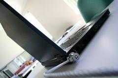 Fissi il computer portatile Fotografia Stock