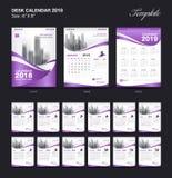 Fissi la progettazione 2018, la copertura porpora, un insieme di 12 mesi, l'inizio domenica del modello del calendario da scrivan illustrazione vettoriale