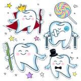 Fissi un dente allegro con uno spazzolino da denti e un dolore triste del dente con un gesso e le grucce Immagine Stock
