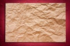 Fissuré sur le mur sur le mur rouge Image libre de droits
