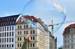 Fissuration de la bulle de savon images libres de droits