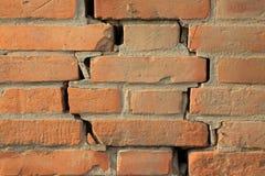 Fissure de mur de briques rouge image libre de droits