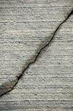 Fissure sur la surface grise de la colle Photo stock