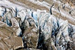 Fissures énormes de vieux glacier rocailleux image libre de droits