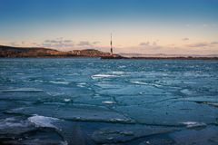 Fissures de glace sur le lac photographie stock libre de droits