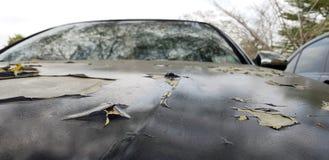 Fissures de peinture de voiture, surface m?tallique peinte criqu?e d'une voiture rouge, grand trou de rouille sur la vieille voit images stock
