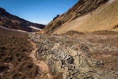 Fissures en collines arénacées sur le volcan de Mutnovsky Images libres de droits